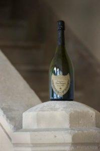 Bouteille Dom Pérignon Vintage 2004 en bas de l'escalier du cloître